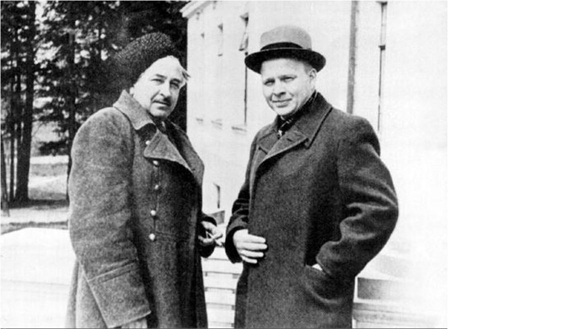 Это фотография датируется началом мая 1941 года. Сделана в доме творчества кинематографистов Болшево. На фотографии писатель Аркадий Гайдар и кинематографист Лев Кулешов / wikimedia.org